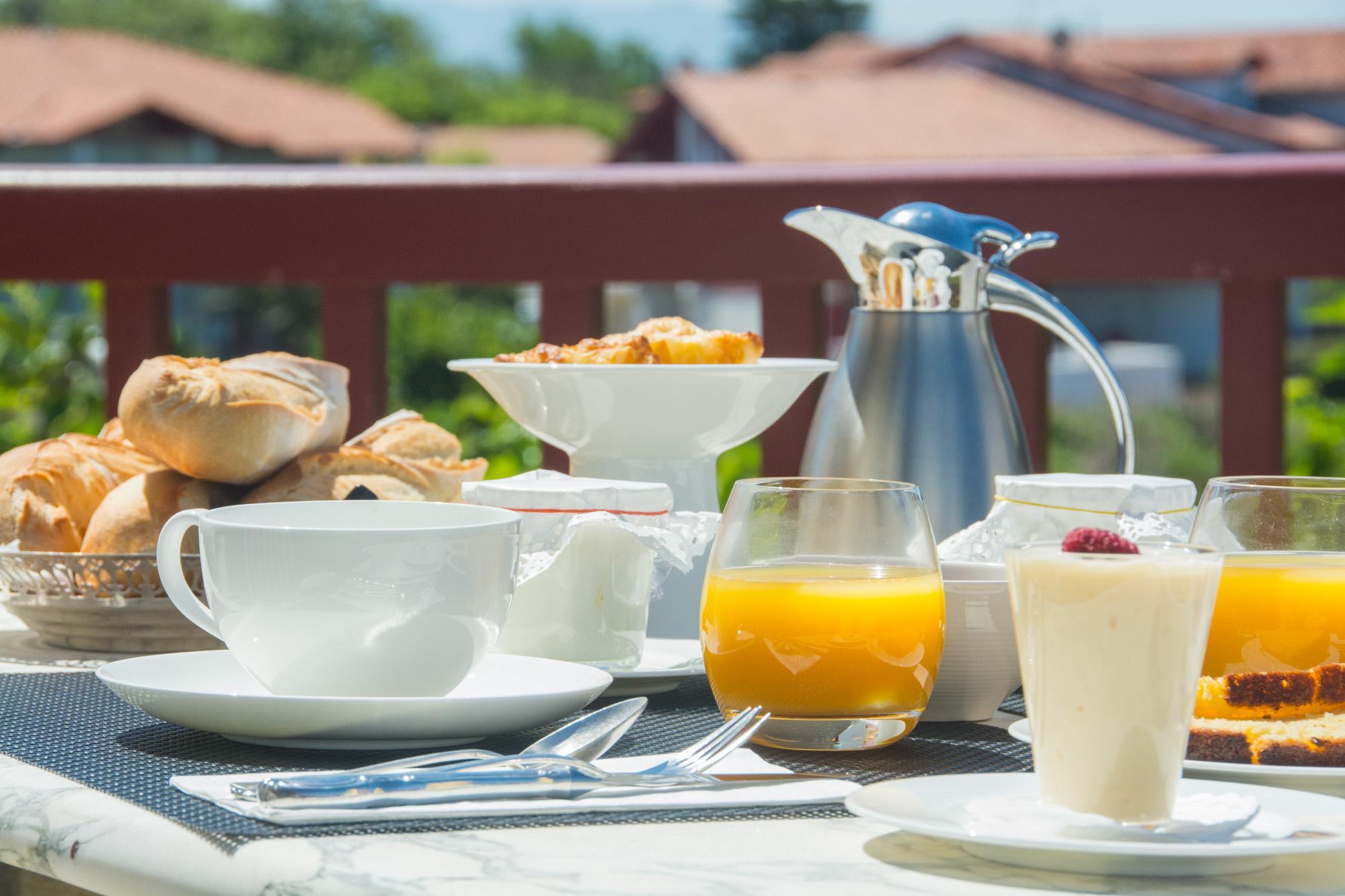 Pe-déjeuner vue mer chambre d'hôtes Pays basque | Bista Eder on